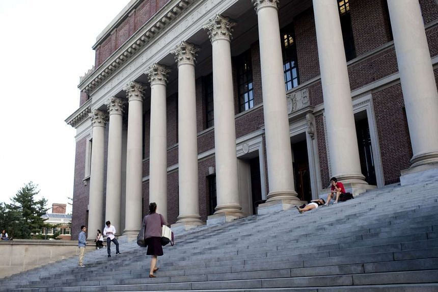 Students, tourists and visitors at Harvard University in the United States. The American educational approach is radically different. Many universities and liberal arts colleges there place a great deal of emphasis on breadth of learning.