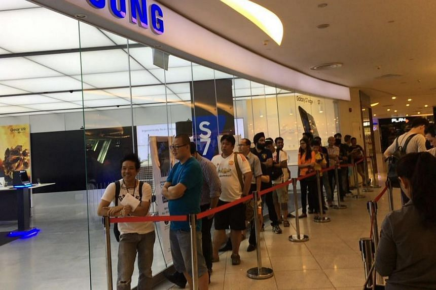 Customers waiting in line at the Samsung Experience Store at Vivo City to get the Samsung Galaxy S7 and S7 edge smartphones on Friday morning (March 11).