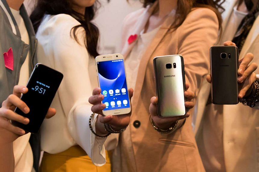Models hold Samsung Electronics Co.'s Galaxy S7 and Galaxy S7 Edge smartphones in Seoul, South Korea, on March 10, 2016.