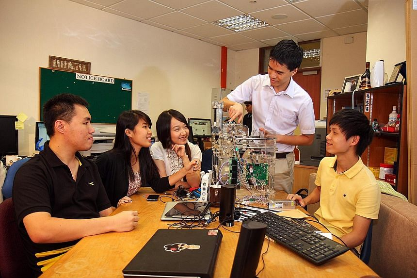 NUS School of Computing students having lessons with Assistant Professor Phan Tuan Quang (right). NUS computing graduates enjoyed a 5 per cent rise in employment rates, and a 6 per cent rise in median starting salaries last year, compared with 2014.