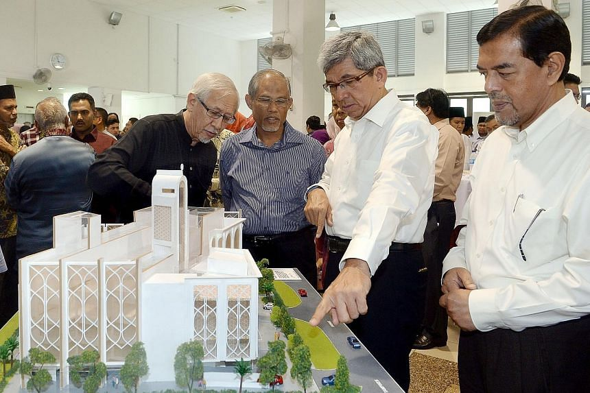 (From left) Darul Ghufran Mosque chairman Abdul Matin Mirza Abdul Majid, Minister for the Environment and Water Resources Masagos Zulkifli, Minister-in-charge of Muslim Affairs Yaacob Ibrahim and Muis chief executive Abdul Razak Maricar looking at a