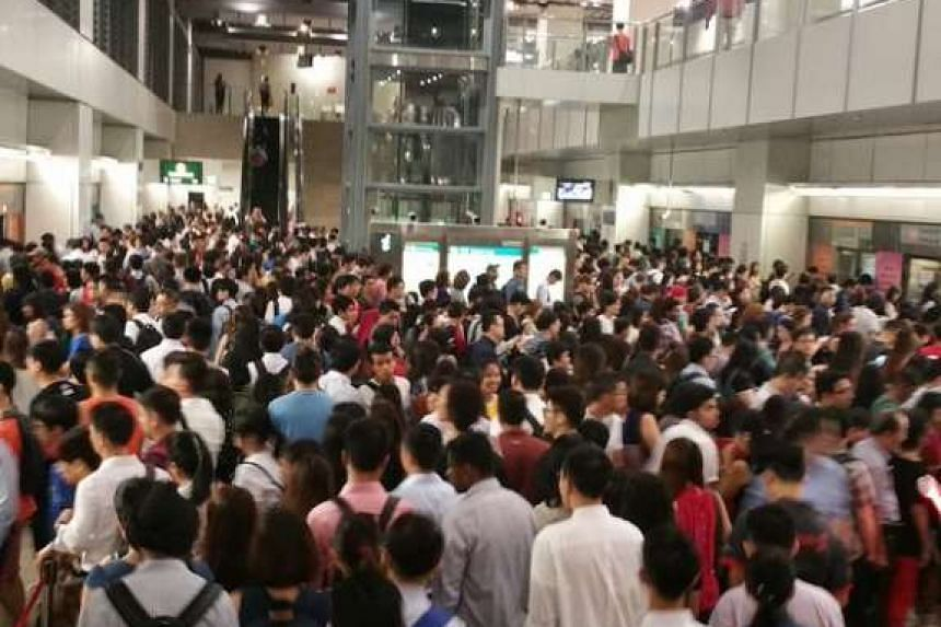 A huge crowd on the Circle Line platform at Serangoon MRT station on Tuesday (March 15) morning.