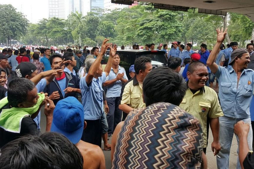 Hundreds of cabbies and drivers of three-wheeled bajajs protested outside of Indonesia's Parliament and the Information and Communication Technology Ministry on Tuesday (March 22).