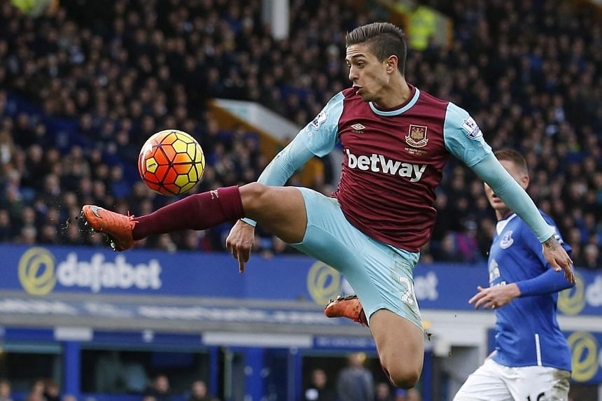 West Ham have agreed to a permanent deal to sign midfielder Manuel Lanzini.