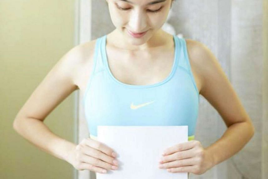 Chinese female stars show off their figures on the social media by covering the waist with a piece of A4 paper.