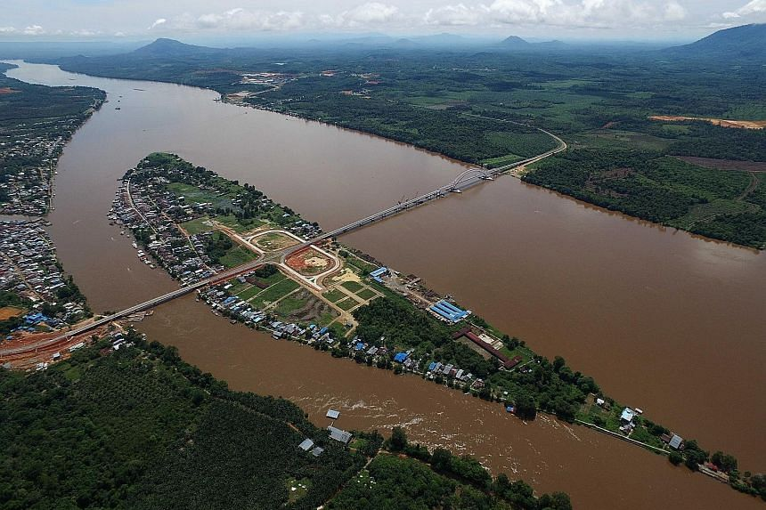 The Chinese-built Tayan Kasih Bridge, which connects West Kalimantan and Central Kalimantan over the Kapuas River, was inaugurated on Tuesday by Indonesian President Joko Widodo. The 1.4km structure is the longest bridge in Kalimantan and the second-
