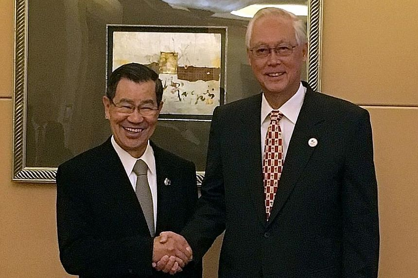 Emeritus Senior Minister Goh Chok Tong catching up with his old friend, Mr Vincent Siew, honorary chairman of the Cross-Straits Common Market Foundation, on the sidelines of the Boao Forum for Asia Annual Conference 2016 yesterday. Mr Goh also met Gu