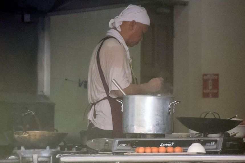 Retired actor Xie Shaoguang has resumed his job as a chef, more than two years after he was ordained as a monk.