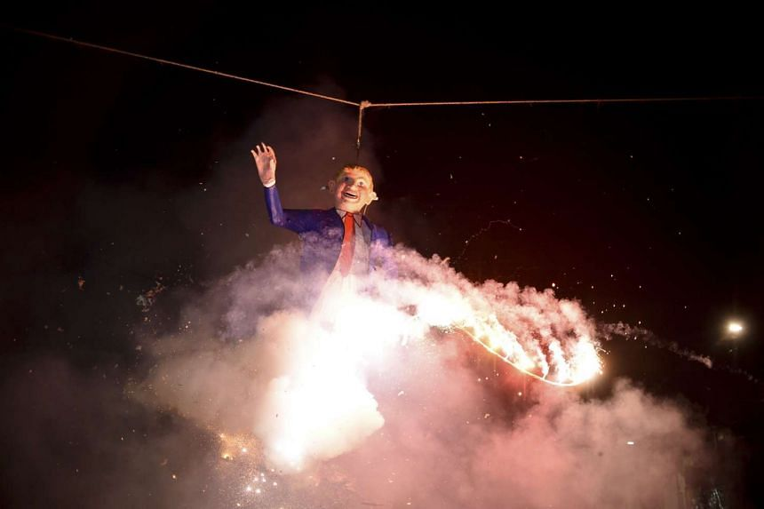 Mexicans set fire to an effigy of US Republican presidential candidate Donald Trump on March 26, 2016.