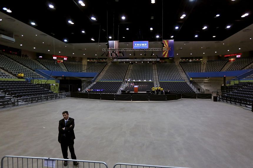 A US Secret Service agent stands watch at the Tucson Convention Center before a campaign event for Republican Presidential candidate Donald Trump, on March 19, 2016.