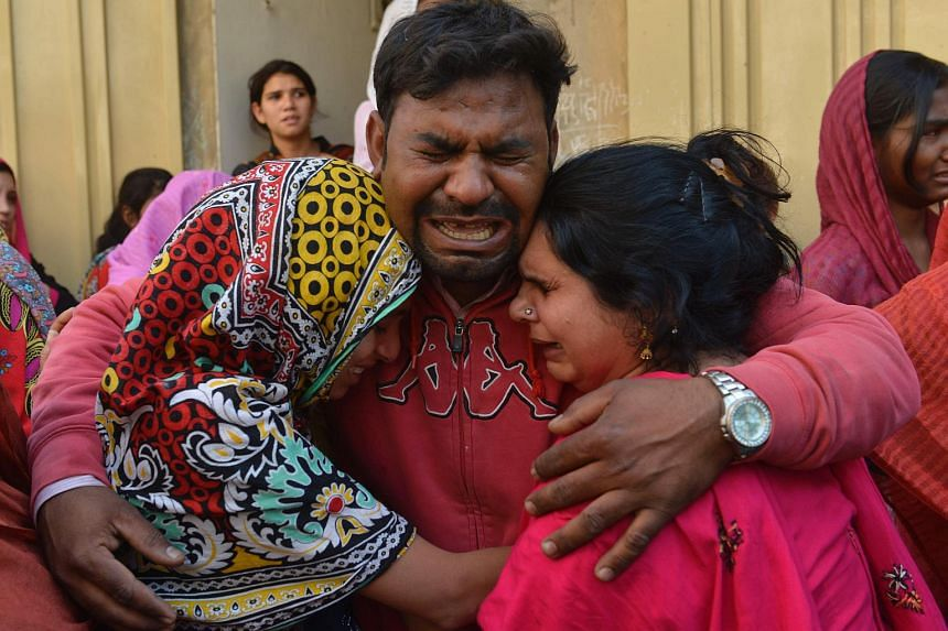 Pakistani Christians mourn the death of a blast victim of the March 27 suicide bombing, in Lahore, on March 28, 2016.