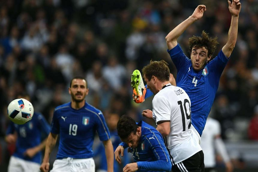 Germany's forward Mario Goetze (2nd right), Italy´s midfielder Alessandro Florenzi (centre) and Italy's defender Matteo Darmian (right) vie for the ball during the friendly football match Germany vs Italy in Munich, southern Germany on March 29, 201