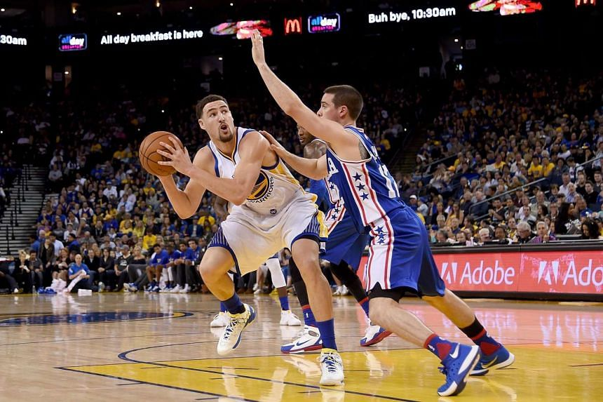 Klay Thompson (11) of the Golden State Warriors looks to shoot over T.J. McConnell (12) of the Philadelphia 76ers, on March 27, 2016.
