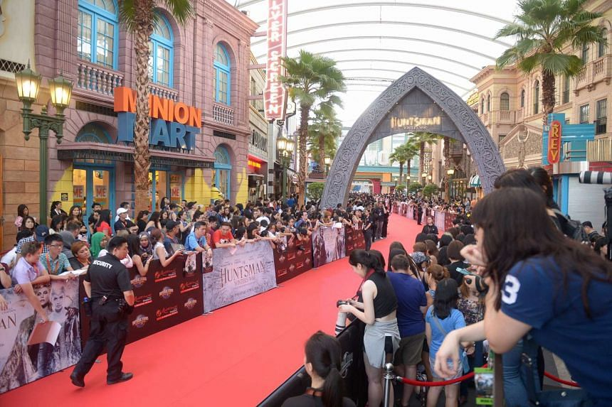 Fans and media waiting at both sides of the red carpet for the stars' arrival.