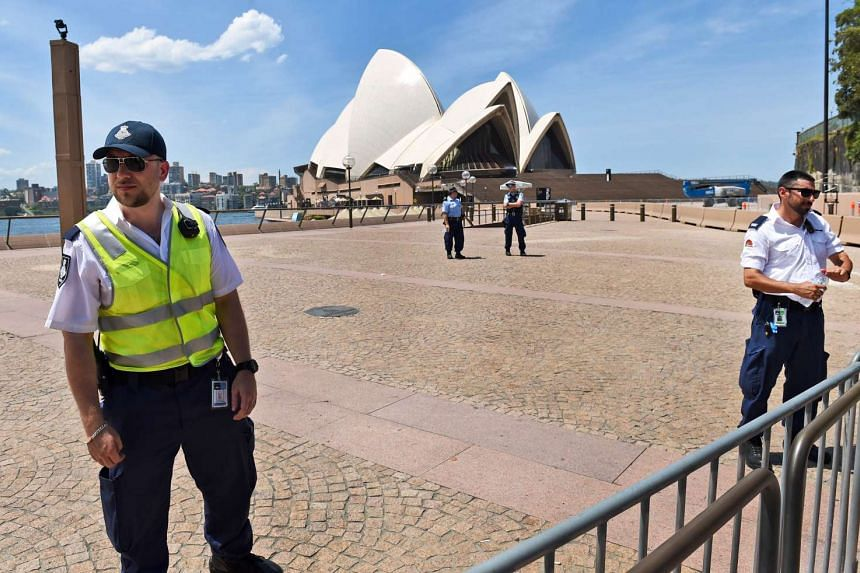 Police and security stand guard at the Sydney Opera House after a security scare, on Jan 14, 2016.