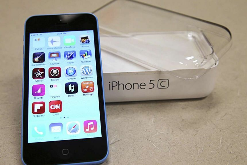 A new Apple iPhone 5C is on display at a Verizon store in Orem, Utah, in this file photo taken Sept 19, 2013.