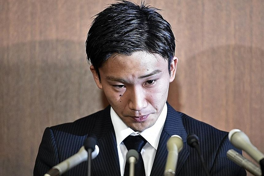 Kento Momota apologising at a press conference on Friday after he admitted to gambling at an illegal casino.