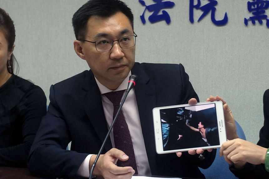 Kuomintang legislator Johnny Chiang showing reporters a video clip in Taipei, showing Taiwanese detained at a police station in Kenya, on April 12, 2016.