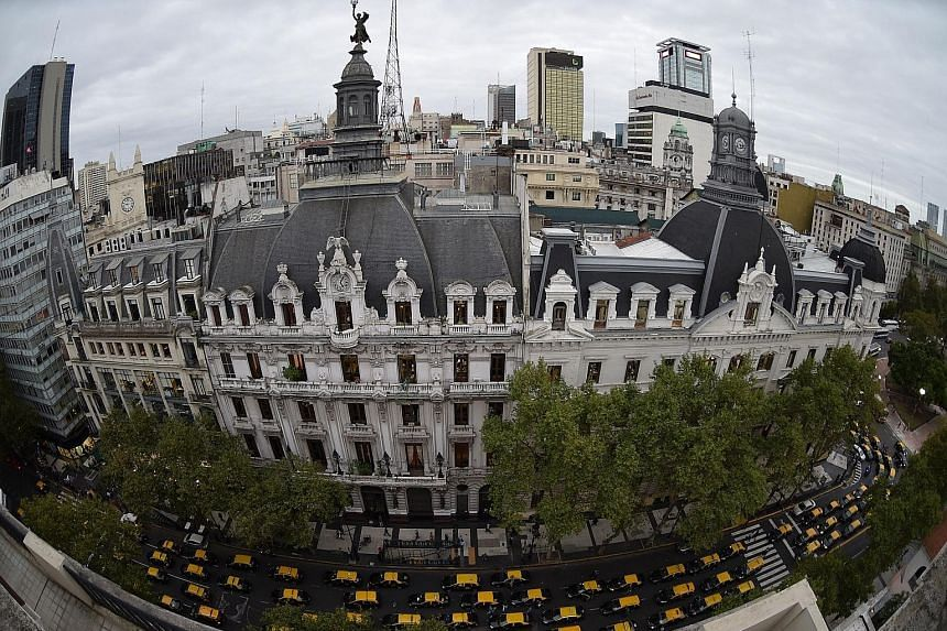 Cab drivers protesting against Uber blocked major avenues and snarled traffic in Buenos Aires on Tuesday, when the app started operating there without official permission.