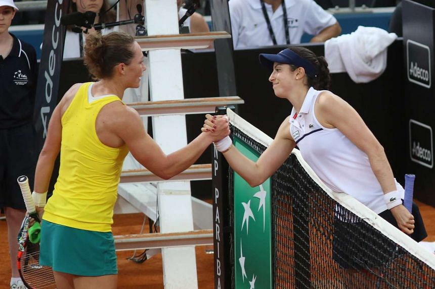 Christina McHale (right) shakes hands with Samantha Stosur (left) after their 2016 Fed Cup World Group play-off, on April 16, 2016.