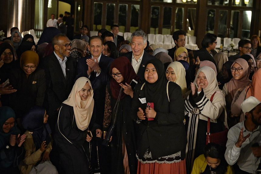 Prime Minister Lee Hsien Loong take photographs with Singaporean University students studying in Jordan at the Grand Hyatt on April 16, 2016.
