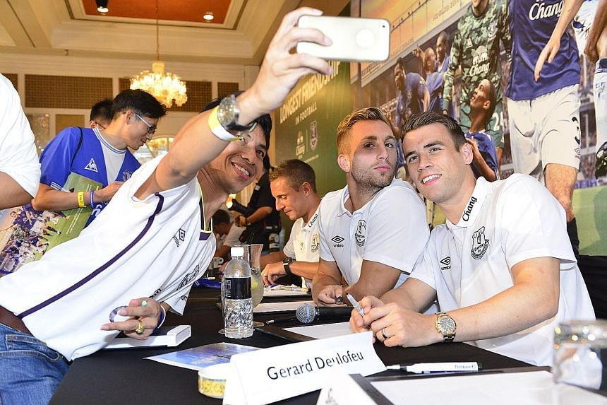 An Everton fan taking a wefie with Spaniard Gerard Deulofeu (centre) and Irishman Seamus Coleman at the InterContinental Singapore during the pre-season Barclays Asia Trophy.