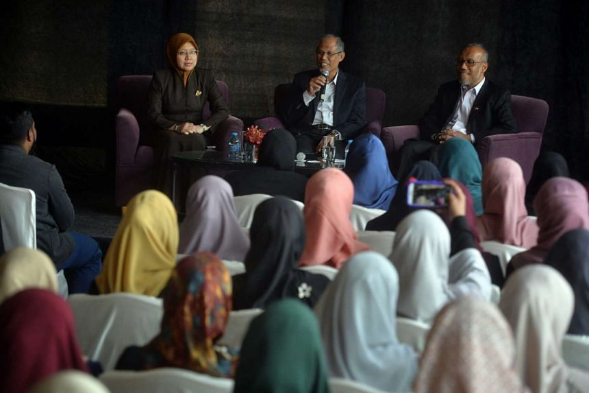 (From left) MP Dr Intan Azura Binte Mokhtar, Minister for the Environment and Water Resources Masagos Zulkifli and Dr Albakri Ahmad, senior director at MUIS, speaking with Singaporean students in Jordan at the Grand Hyatt Jordan on April 16, 2016.