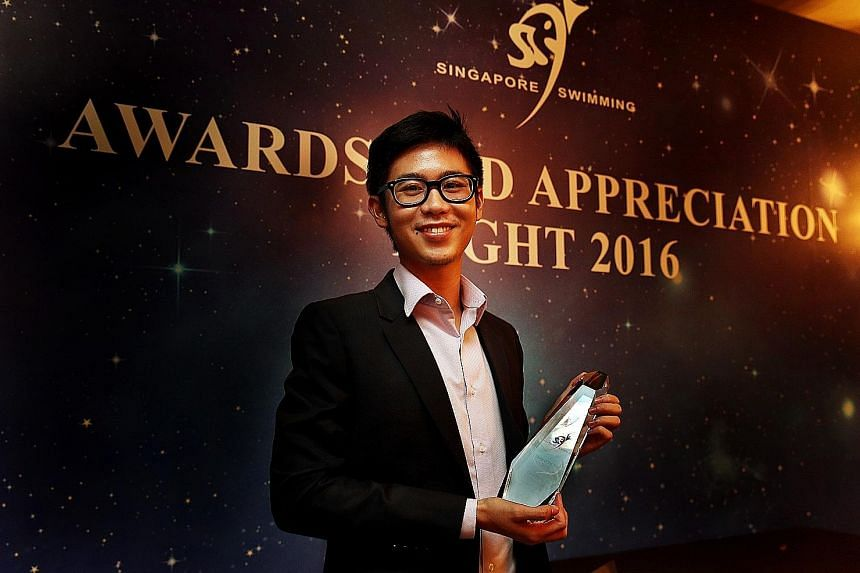 ST sports journalist Chua Siang Yee with his Story of the Year award given by the Singapore Swimming Association yesterday. He won for his story about the grit of Malaysian para swimmer Yeo Yi Lin, who competed at the Asean Para Games last December.