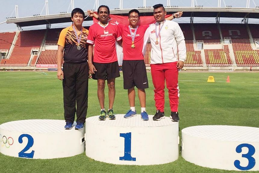 Eric Yee (second from right) with Dr Govindasamy Balasekaran (third from right), team manager of the SEA Youth Championships contingent. Eric won gold in the boys' 1.5kg discus event with a throw of 5.01m, setting a new championship record and qualif