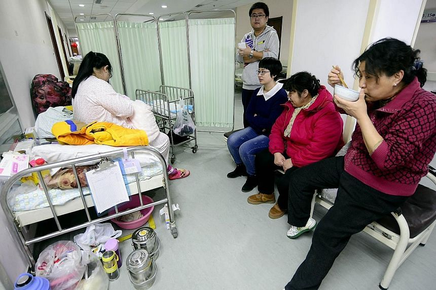 Maternity wards in major hospitals in Jinan have had to set up additional beds along the corridors to accommodate the surge in the number of pregnant women in the Shandong provincial capital.