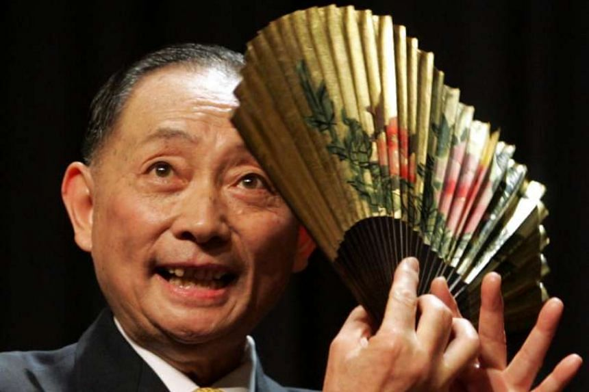 Mei Baojiu performing for a China Central Television special in 1994 (above) and playing a nandan role at Paris' Theatre Adyar in 2005.