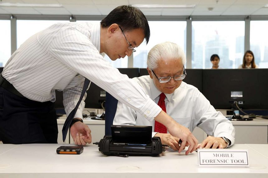 CID Technology Crime Forensic Branch head Lim Tuan Liang (left) showing the mobile forensic tool to President Tony Tan Keng Yam, on April 27, 2016.