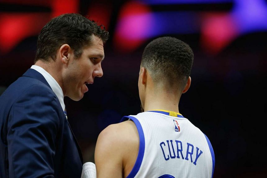 Golden State Warriors assistant coach Luke Walton speaking with Stephen Curry during their NBA game against the Los Angeles Clippers on Feb 20, 2016.