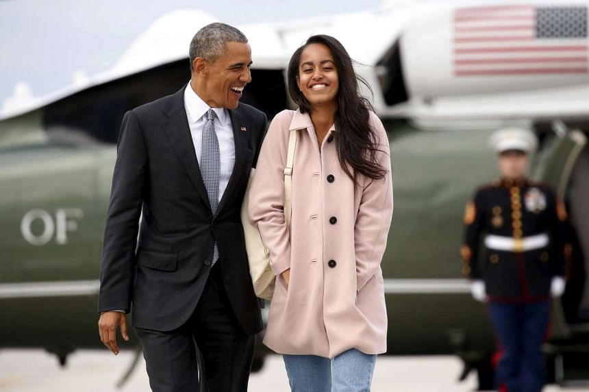 US President Barack Obama and his daughter Malia walk from Marine One to board Air Force One at O'Hare Airport in Chicago on April 7, 2016.