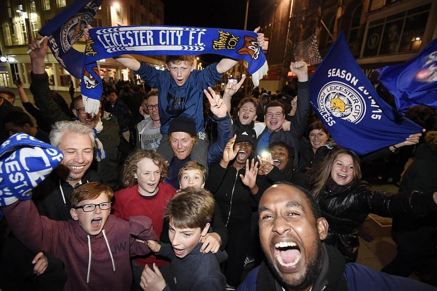 Leicester City supporters celebrate at the Haymarket Memorial Clock Tower after the Premier League match between Chelsea and Tottenham Hotspur, in Leicester, Britain, on May 2, 2016.