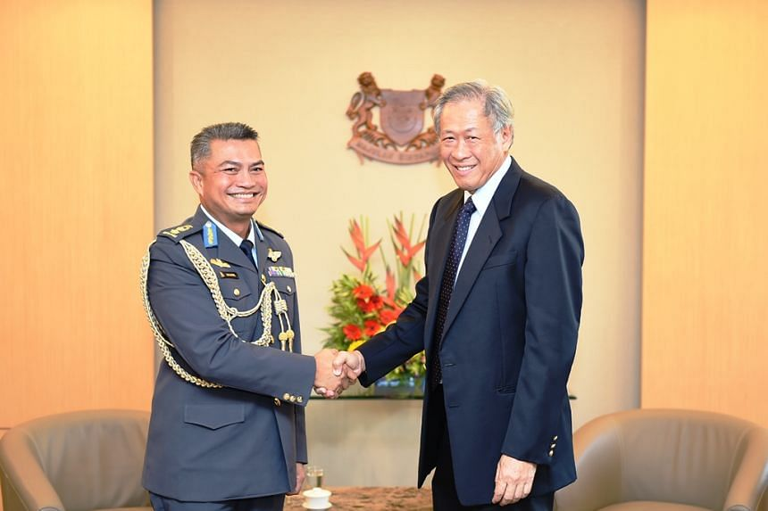 Commander of the Royal Brunei Air Force Colonel (U) Shahril Anwar bin Haji Ma'awiah (left) calling on Minister for Defence Dr Ng Eng Hen (right).