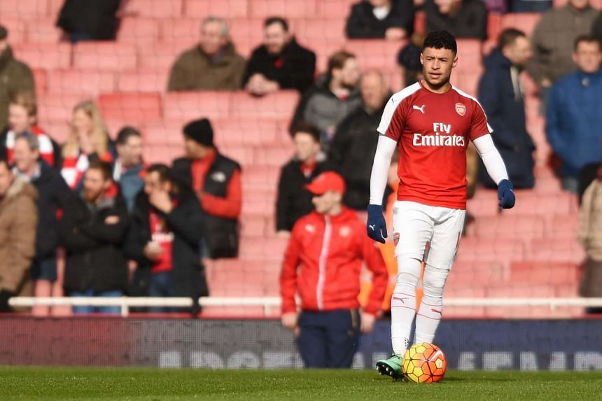 Arsenal midfielder Alex Oxlade-Chamberlain has been ruled out of Euro 2016 due to a knee injury.