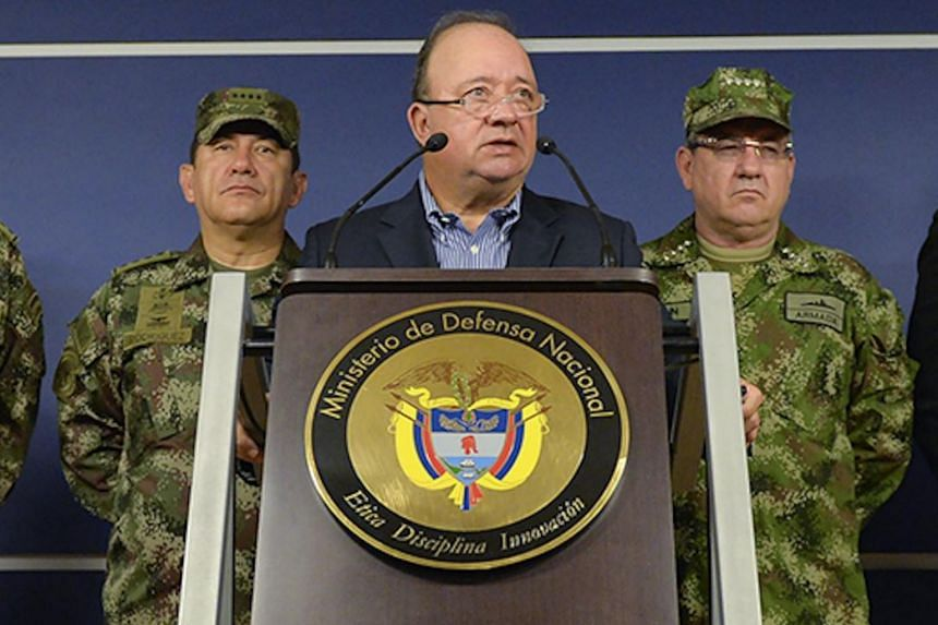 Colombia's Defense Minister Luis Carlos Villegas (centre) and the Police and Armed Forces commanders during a press conference in Bogota, on April 1, 2016.