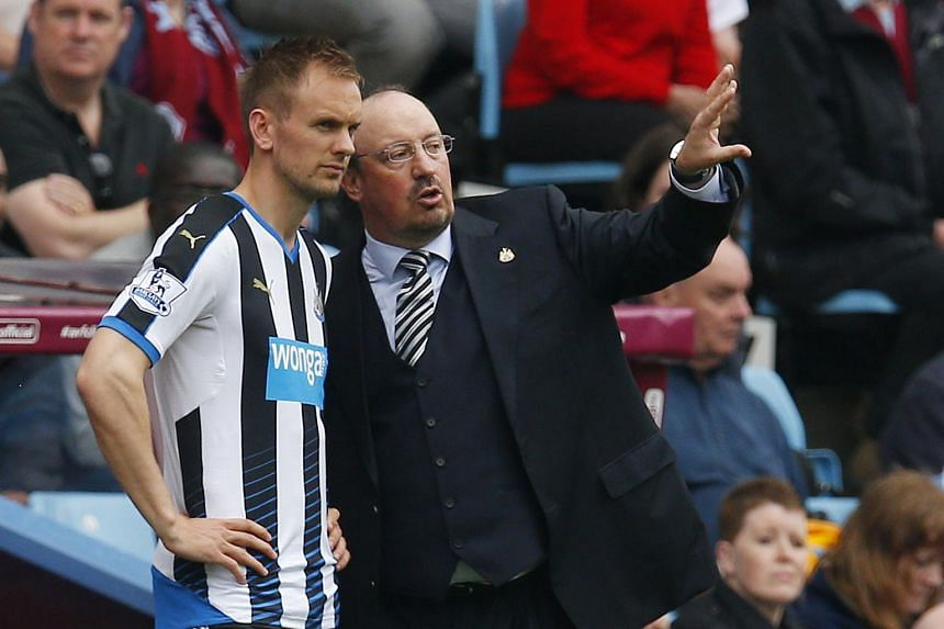 Newcastle United manager Rafael Benitez with player Siem De Jong.