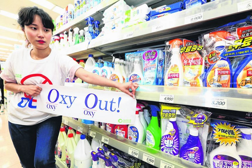 A member of the Korean Federation for Environmental Movement calling for a boycott of products sold by Oxy Reckitt Benckiser Korea at a supermarket in Seoul yesterday. The company's humidifier sterilisers are blamed for the deaths of more than 100 pe