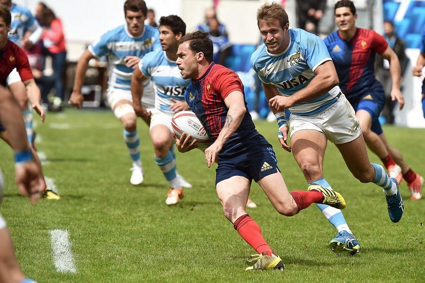 France's Terry Bouhraoua (centre) in action during the World Rugby Sevens Series match between France and Argentina in Paris, France, on May 14, 2016.