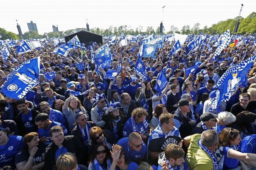 Tens of thousands of people, including foreigners, turned up at Leicester to attend the trophy parade of Leicester City, the English champions.