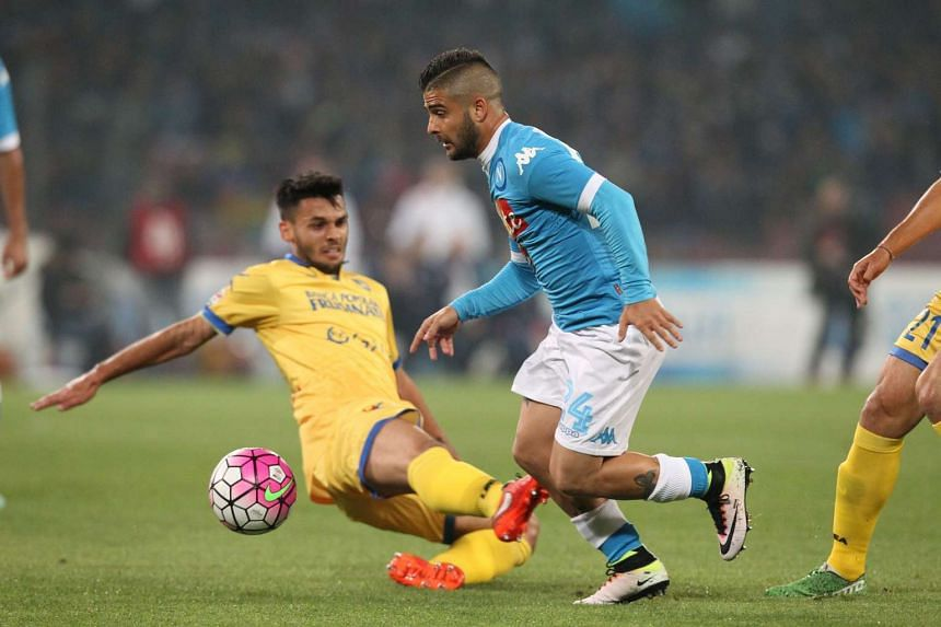 Napoli's Lorenzo Insigne (right) fighting for the ball with Frosinone's Mirko Gori during the Italian Serie A football match on May 14, 2016 at the San Paolo stadium in Naples.