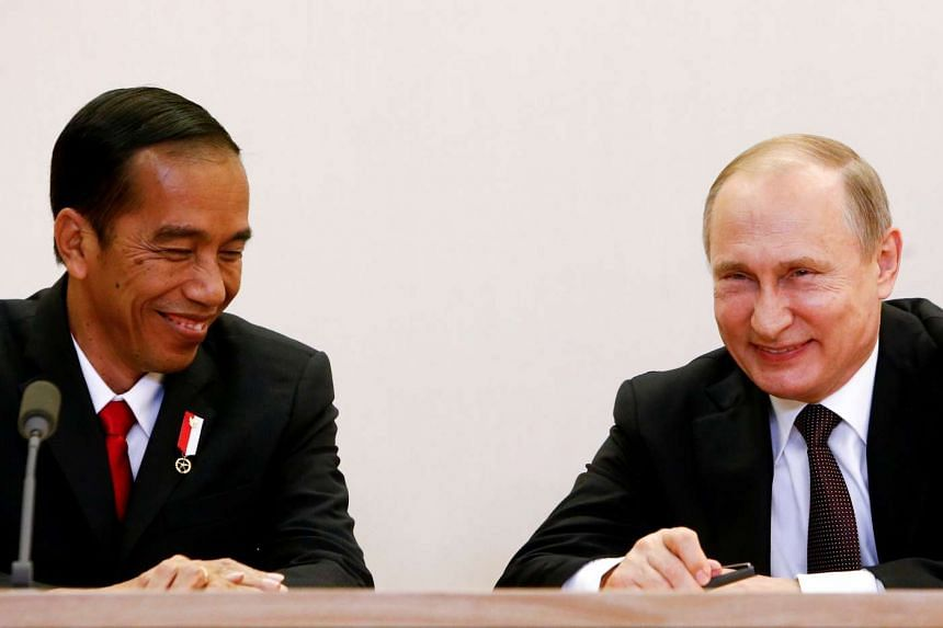 Russian President Vladimir Putin (right) and his Indonesian counterpart Joko Widodo attend a signing ceremony on May 18, 2016.