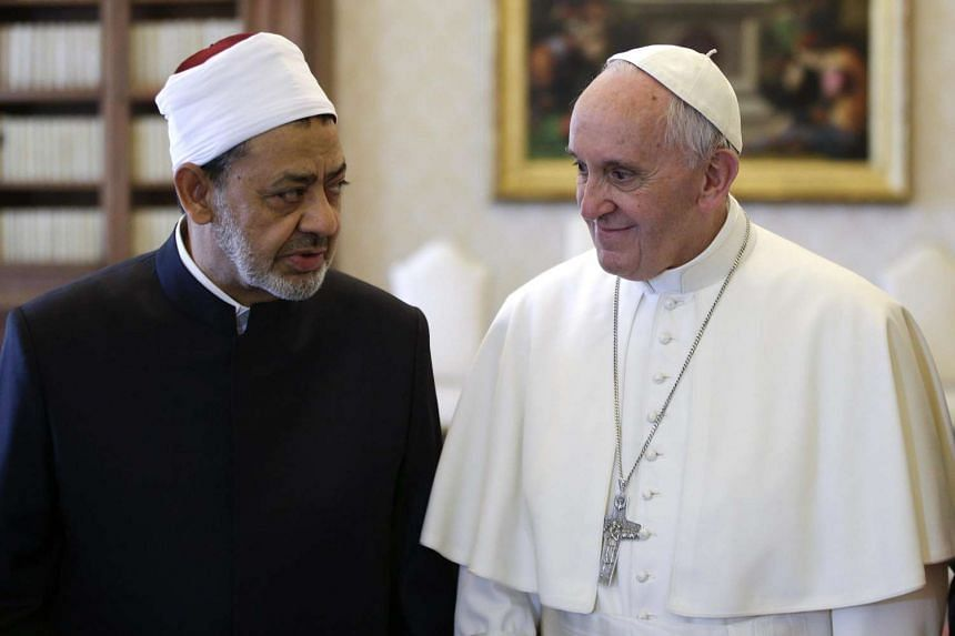 Pope Francis (right) talks with Sheikh Ahmed Al-Tayyib (left), Egyptian Imam of Al-Azhar Mosque at the Vatican, on May 23, 2016.