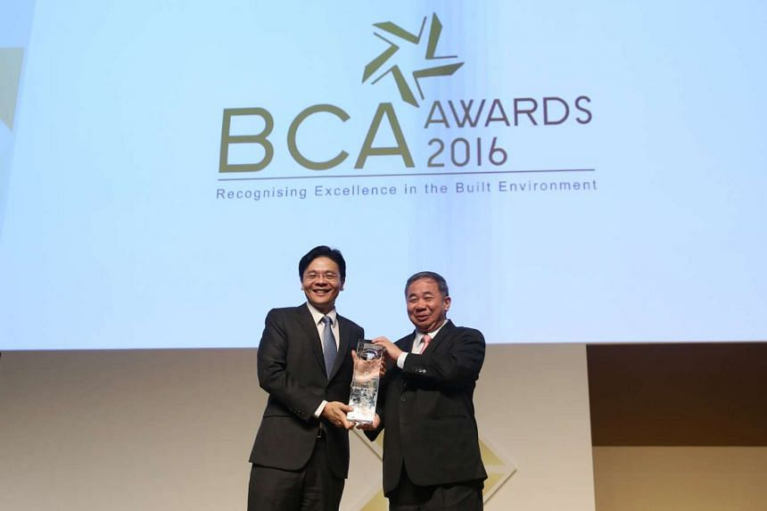 Minister for National Development, Mr Lawrence Wong, presents the first BCA Green Mark Platinum Star Champion Award to NTU at the BCA Awards ceremony, on May 26, 2016.