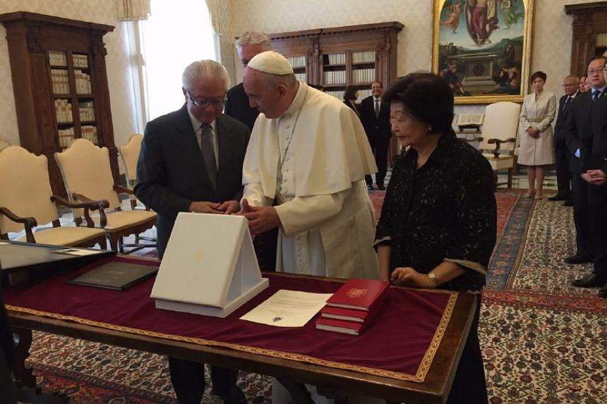 President Tony Tan Keng Yam (left) exchanging state gifts with Pope Francis on May 28, 2016, in the Vatican City.