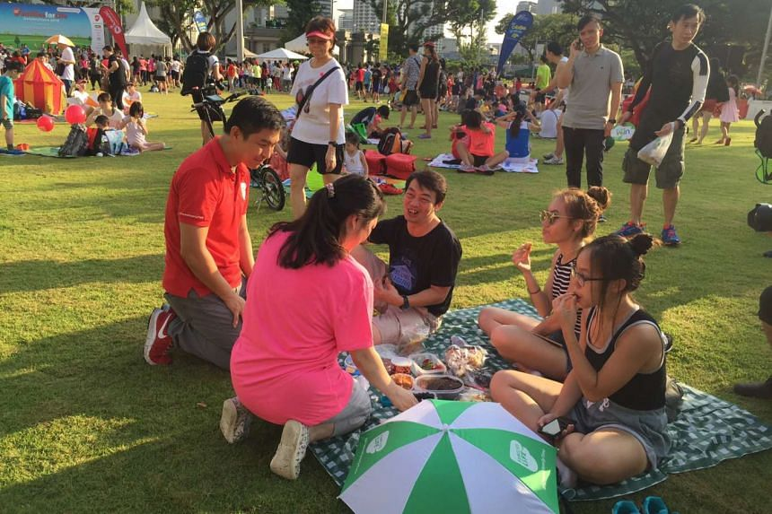 Minister for Social and Family Development Tan Chuan-Jin interacting with participants at the Empress Lawn in the Civic District, during the fourth Car-Free Sunday, on May 29, 2016.