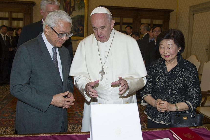 Pope Francis exchanging gifts with President Tan and his wife Mary Tan.