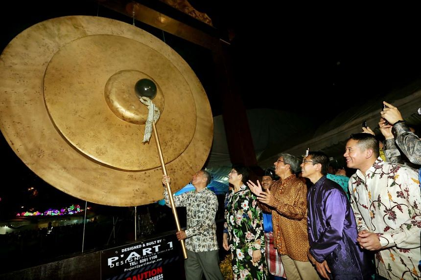 Prime Minister Lee Hsien Loong launching the Hari Raya Light Up and Bazaar by striking a gong on June 4, 2016. With him are (from left) MPs Fatimah Lateef, Yaacob Ibrahim, Mohamad Maliki Osman and Amrin Amin.